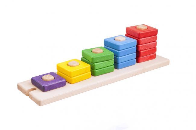 Kolorowe kwadratowe klocki drewniane nakładane na bolce
